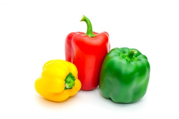 Grüner, gelber und roter frischer grüner pfeffer oder spanischer pfeffer lokalisiert auf weiß. Premium Fotos