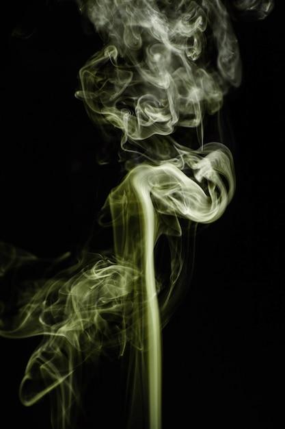 Grüner gewellter rauch auf schwarzem hintergrund Kostenlose Fotos