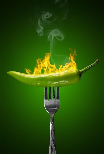 Grüner heißer chili pepper isolated Premium Fotos