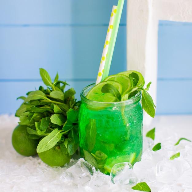 Grüner mojito im glas mit limette und minze Kostenlose Fotos