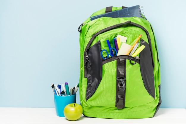 Grüner rucksack mit schulzubehör Kostenlose Fotos