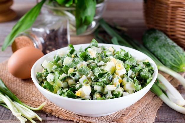 Grüner salat mit zwiebel und ei auf einem tisch Premium Fotos