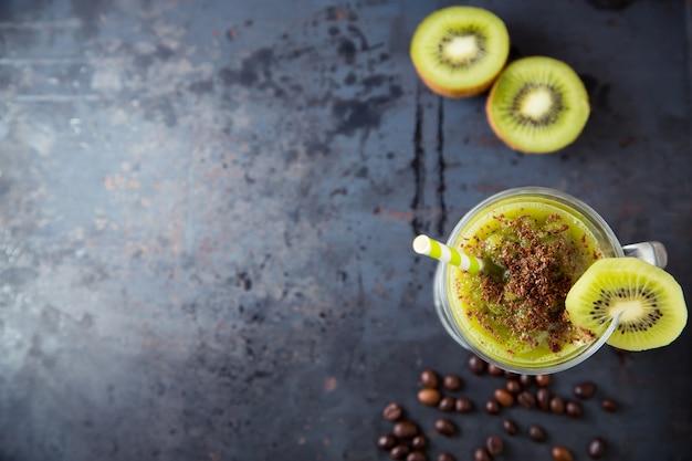 Grüner smoothie der kiwi besprüht mit schokolade Premium Fotos