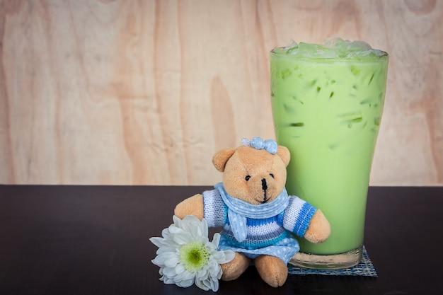 Grüner tee eis auf dem tisch Premium Fotos