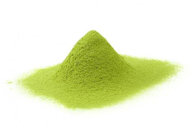 Grüner tee matcha-puders lokalisiert auf einem weißen hintergrund Premium Fotos