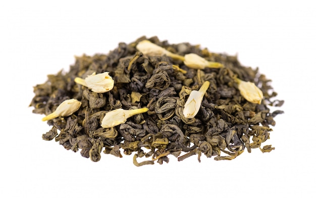 Grüner tee mit dem jasmin, getrennt. aromatischer grüner trockener tee, abschluss oben. Premium Fotos