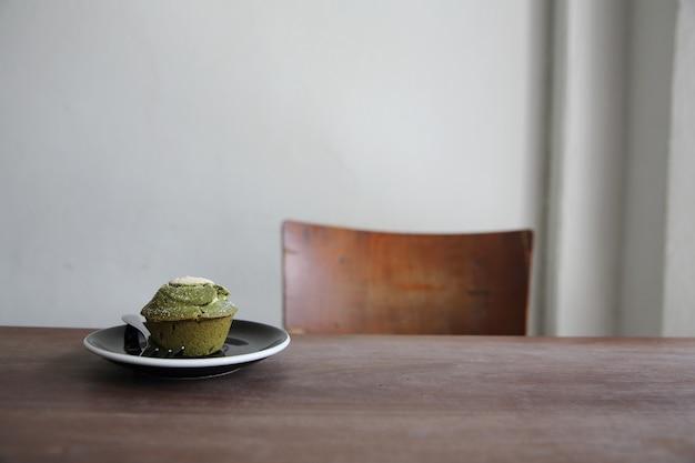 Grüner tee muffin auf holz Premium Fotos