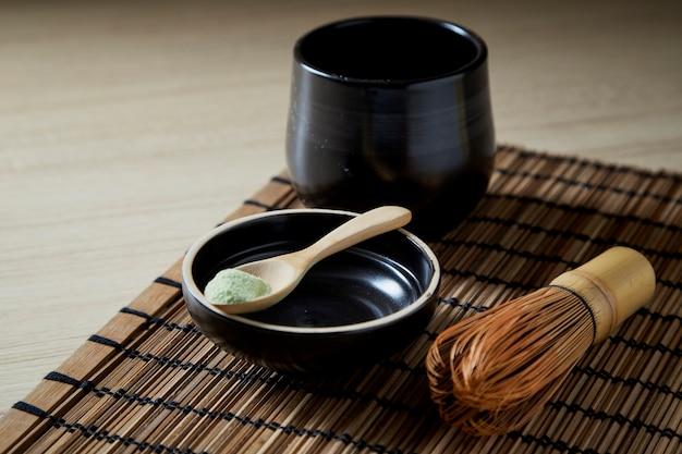 Grüner tee organischen matcha auf hölzernem Premium Fotos