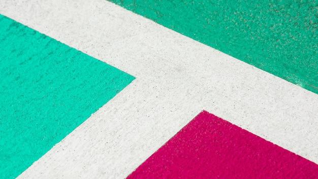 Grüner und rosa konkreter basketballplatz - nahes hohes Premium Fotos