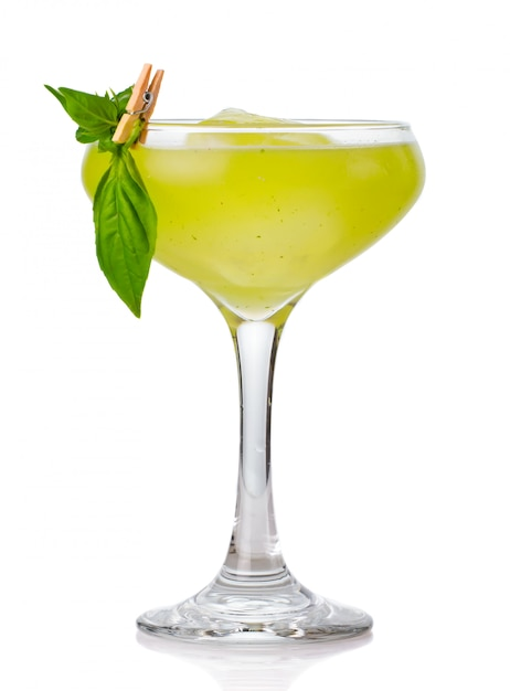 Grünes alkoholcocktail mit dem basilikum schmücken lokalisiert Premium Fotos
