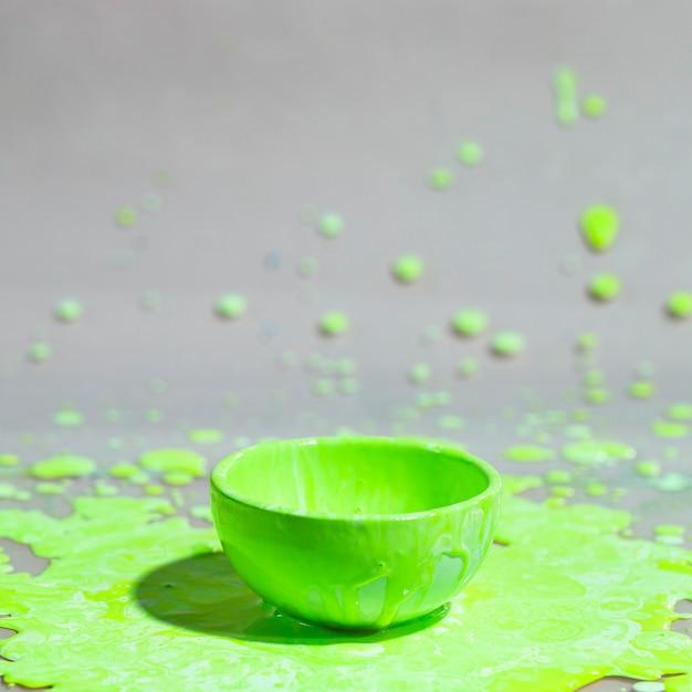Grünes farbenspritzen und abstrakter hintergrund der schale Kostenlose Fotos