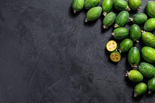 Grünes feijoa auf schwarzem brett. ansicht von oben Premium Fotos