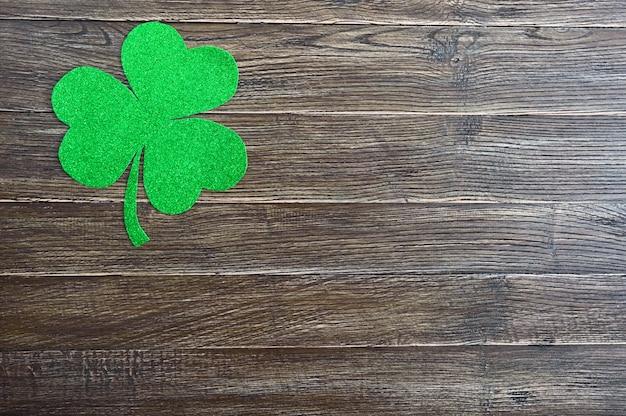 Grünes kleeblatt auf einem hölzernen hintergrund. st.patrick 's day hintergrund. symbol von irland. speicherplatz kopieren Premium Fotos