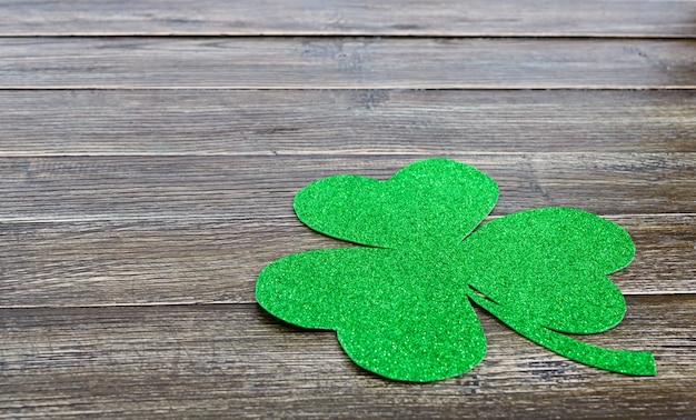 Grünes kleeblatt auf einem hölzernen hintergrund. st.patrick 's day hintergrund Premium Fotos