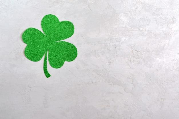 Grünes kleeblatt auf hellem hintergrund. st.patrick 's day hintergrund. symbol von irland. speicherplatz kopieren Premium Fotos