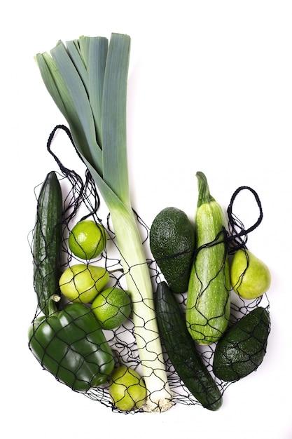 Grünes obst und gemüse im netto-öko-beutel Premium Fotos