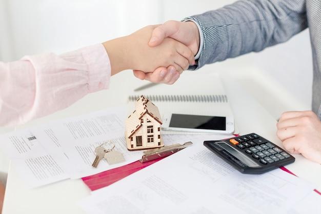 Grundstücksmakler und Klient, die Hände rütteln Kostenlose Fotos