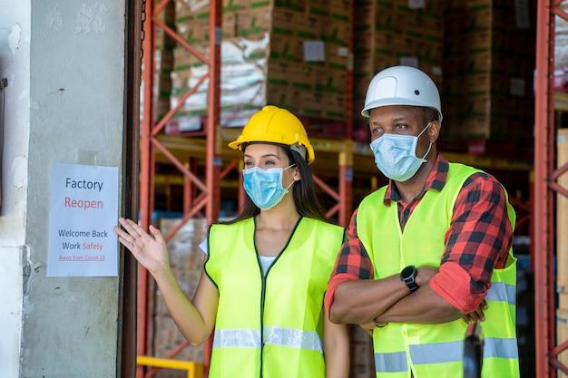 Grup lagerarbeiter sind zufrieden mit der wiedereröffnung der fabrik, willkommen zurück wegen covid 19 pandemie und die aktuelle situation ist besser. Premium Fotos