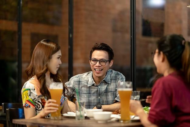 Gruppe asiatische freunde, die heraus hängen, zusammen sprechend Premium Fotos