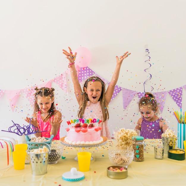 Gruppe aufgeregte freundinnen, die zu hause geburtstagsfeier feiern Kostenlose Fotos