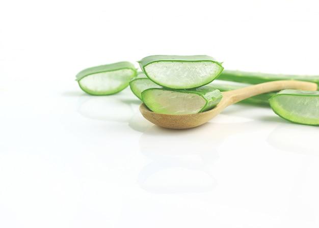 Gruppe der aloe vera auf löffelkräutermedizin für haut und haar auf hölzernem hintergrund Premium Fotos