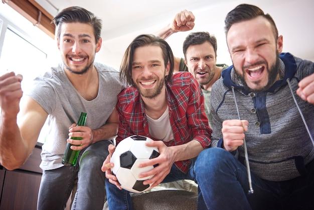 Gruppe der besten freunde, die zeit vor dem fernseher verbringen Kostenlose Fotos