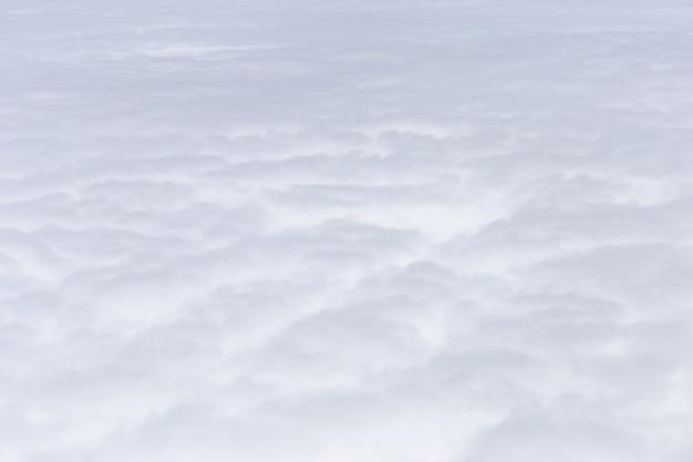 Gruppe der flugzeugflügelansicht der weißen wolken aus dem fenster, der reise und des feiertagsferienkonzeptes heraus Premium Fotos