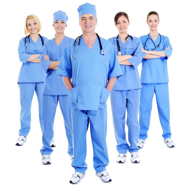 Gruppe erfolgreicher lachender chirurgen in blauen uniformen auf weiß Kostenlose Fotos