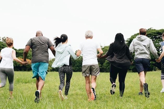 Gruppe erwachsene, die hände im park anhalten Premium Fotos