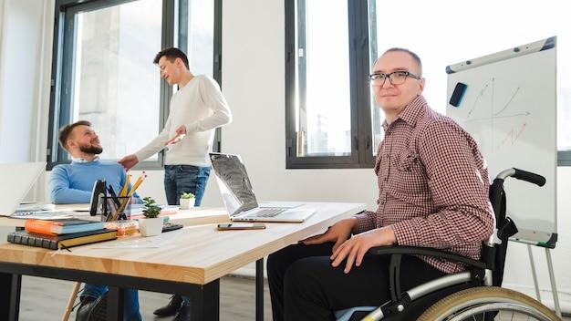 Gruppe erwachsener arbeiter zusammen im büro Kostenlose Fotos