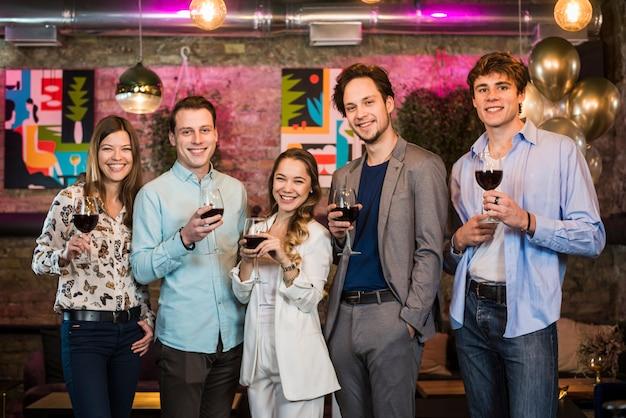 Gruppe freunde, die abendgetränke in der bar genießen Kostenlose Fotos