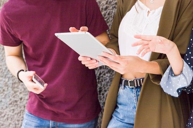 Gruppe freunde, die digitale tablette verwenden Kostenlose Fotos