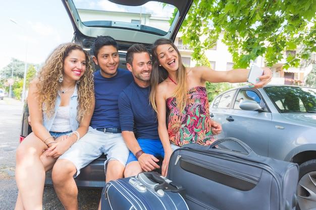 Gruppe freunde, die ein selfie nehmen, bevor sie in ferien gehen Premium Fotos