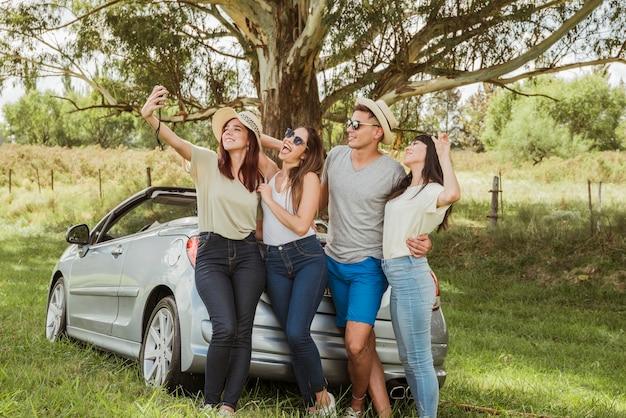 Gruppe freunde, die eine autoreise tun Kostenlose Fotos