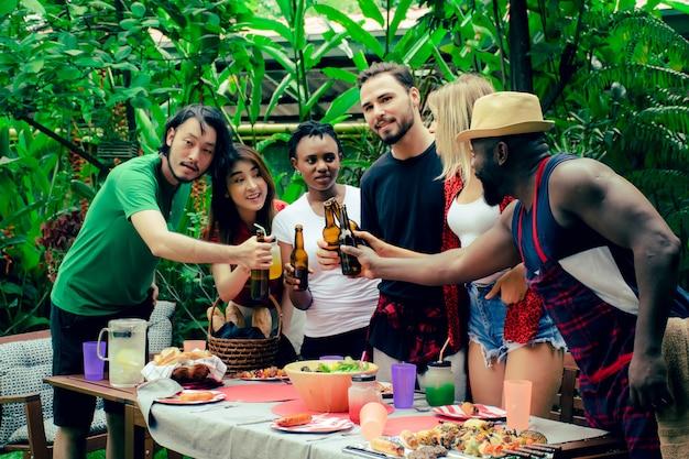 Gruppe freunde, die eine grillparty in der natur haben. Premium Fotos