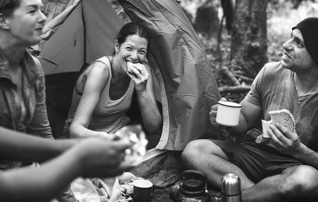 Gruppe freunde, die im wald kampieren Kostenlose Fotos