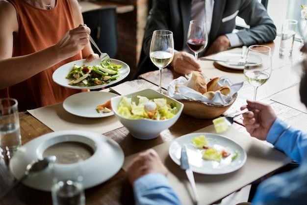 Gruppe freunde, die in einem restaurant speisen Premium Fotos