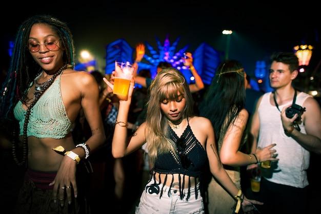 Gruppe freunde, die lustige veranstaltungen tanzen Premium Fotos