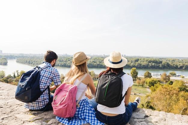 Gruppe freunde, die szenische ansicht an draußen genießen Kostenlose Fotos