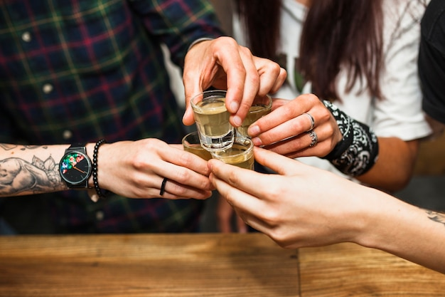 Gruppe freunde, die tequilaschuß rösten Kostenlose Fotos