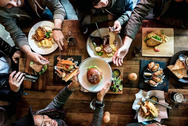 Gruppe freunde, die zusammen essen Premium Fotos