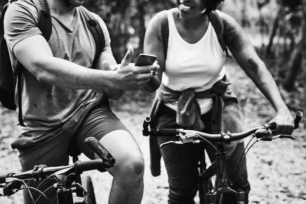 Gruppe freunde, die zusammen radfahren Kostenlose Fotos