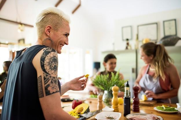 Gruppe freunde kochen in der küche Premium Fotos