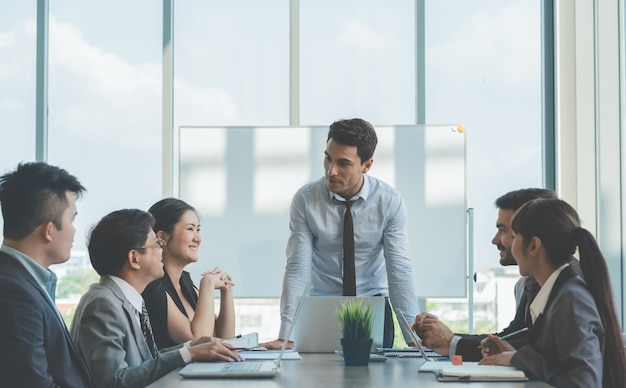Gruppe geschäftskollegeleute, die sich besprechen, um im büro zu arbeiten treffen Premium Fotos