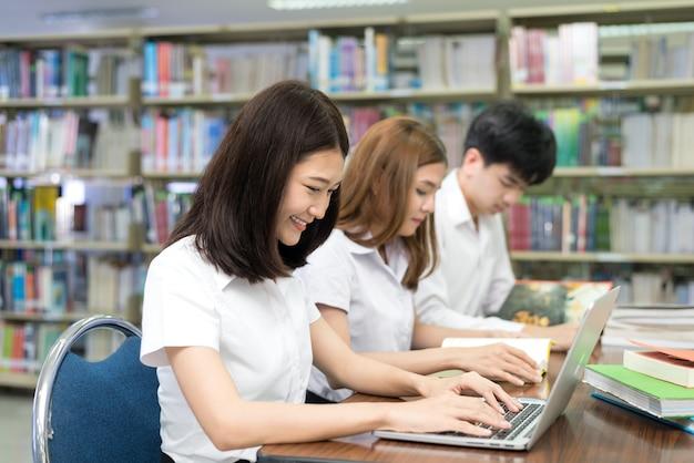 Gruppe glückliche asiatische studenten mit laptop-computer Premium Fotos
