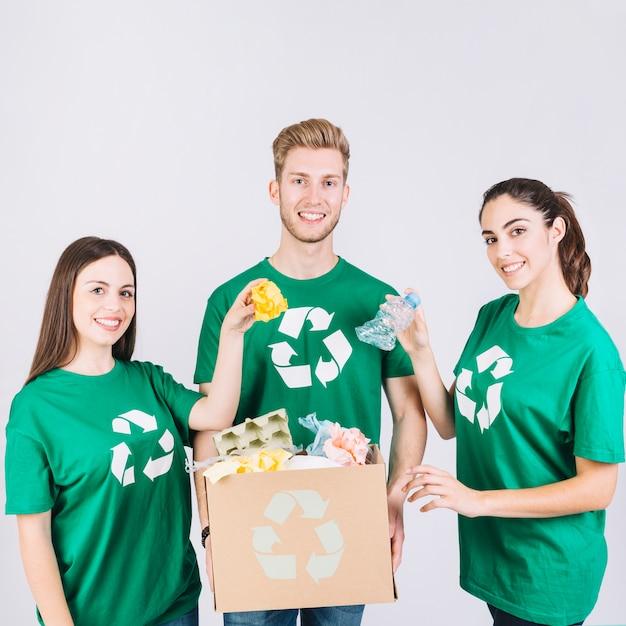 Gruppe glückliche freunde, die pappschachtel mit halten, bereiten einzelteile auf Kostenlose Fotos