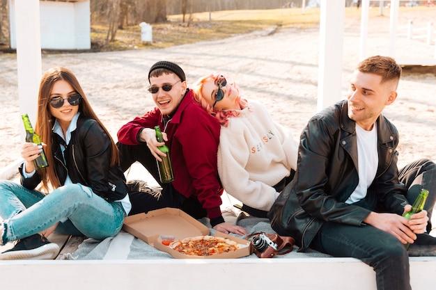 Gruppe glückliche freunde, die spaß auf picknick haben Kostenlose Fotos