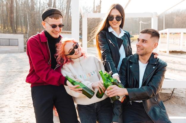 Gruppe glückliche freunde mit bier zusammen lachend Kostenlose Fotos