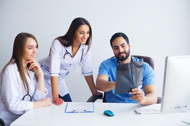 Gruppe glückliche gemischtrassige doktoren, die in der klinik zusammenarbeiten Premium Fotos