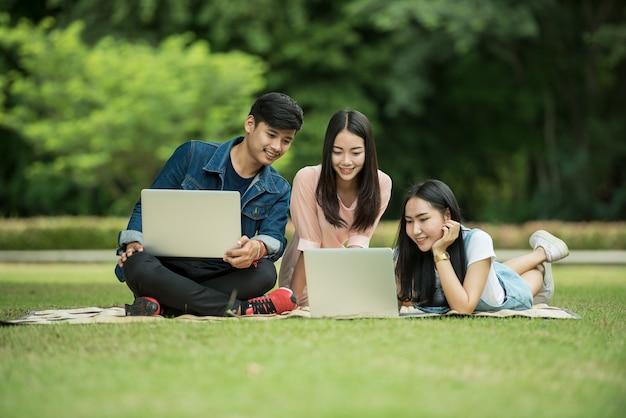 Gruppe glückliche jugendlich gymnasiasten draußen Premium Fotos